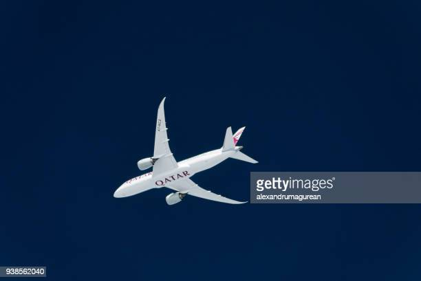 qatar boeing 787 in flight - qatar airways a stock pictures, royalty-free photos & images