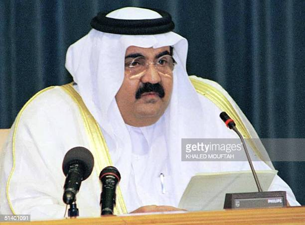Qatari leader Sheikh Hamad bin Khalifa al-Thani addresses the members of the committee he set up 13 July 1999 to draft the country's first...