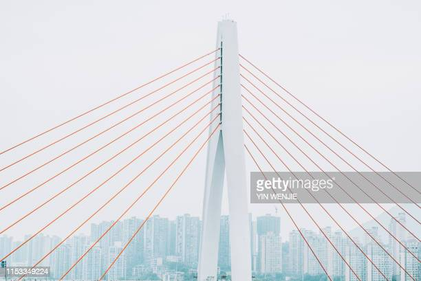 qiansimen bridge in chongqing - boog architectonisch element stockfoto's en -beelden