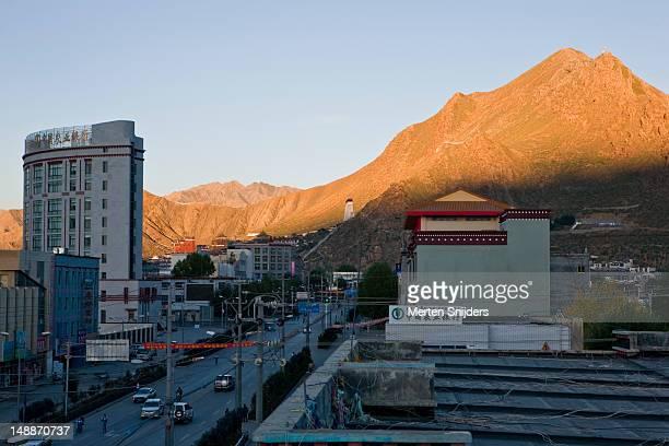 qingdao west road and mountains in background. - merten snijders stock-fotos und bilder