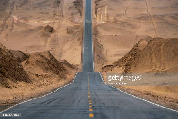qinghai dachaidan highway - steep stock pictures, royalty-free photos & images