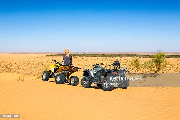 cuádruple de viaje en sahara desierto cerca de ksar ghilane oasis, túnez - great sandy desert fotografías e imágenes de stock