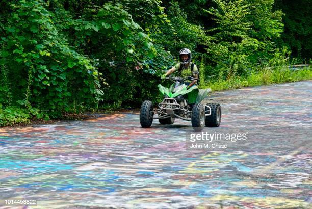 """quad wheeler on """"graffiti road"""" - centralia pennsylvania foto e immagini stock"""