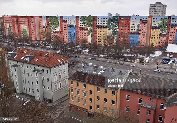 22000 Quadratmeter groß ist das 2012 fertig gestellte größte bewohnte Wandbild der Welt auf einer Wohnhausschlange der Wohnungsbaugenossenschaft...