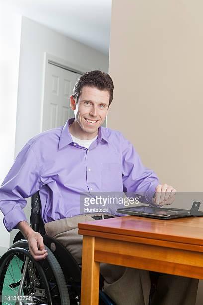 四肢麻痺男性車椅子と脊髄傷害を使用している - finger injury ストックフォトと画像