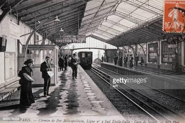 Quais de la station de métro Sèvres en 1909 à Paris en France.