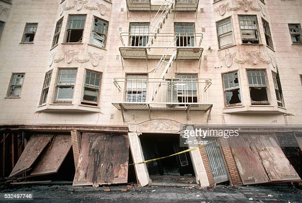 quake-damaged apartments in san francisco - loma prieta earthquake stock pictures, royalty-free photos & images