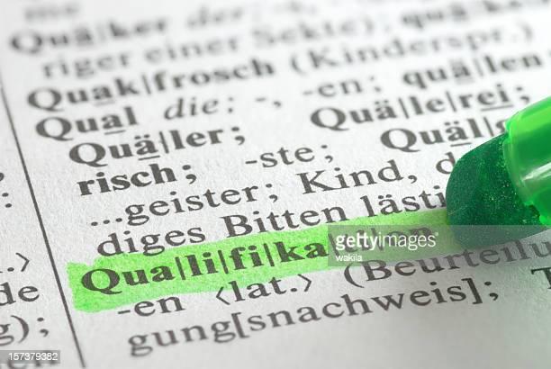 qualifikation evidenziato nel dizionario im wörterbuch - cultura tedesca foto e immagini stock