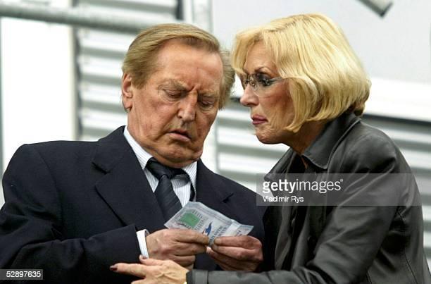 Qualifikation 2004 Torshavn Faeroeer Inseln Deutschland 02 DFBPraesident Gerhard MAYERVORFELDER mit seiner Frau Margit