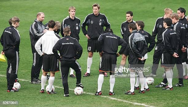 Qualifikation 2005 Hull 240305 U21 Nationalmannschaft Deutschland/Training Trainer Dieter EILTS/GER erlaeutert der Mannschaft etwas waehrend des...
