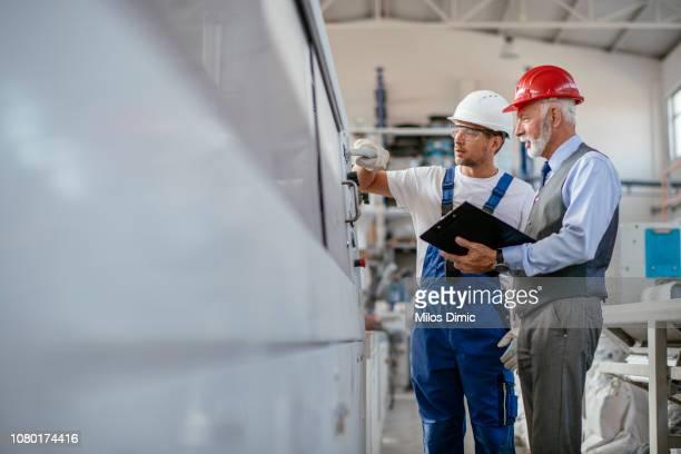 工場での品質管理検査 - ポリマー ストックフォトと画像