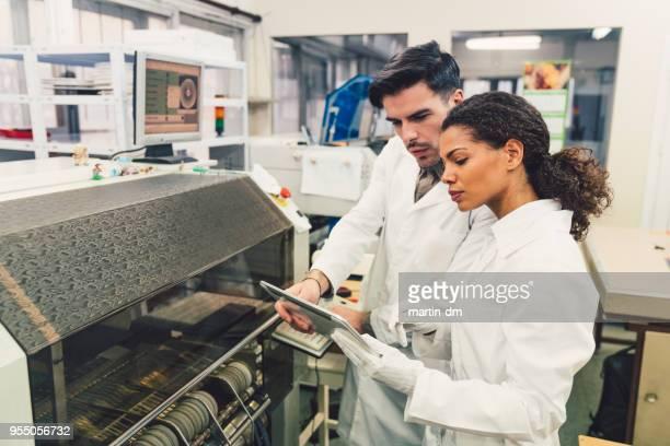 equipe de controle de qualidade, verificação de placas de circuito - controle - fotografias e filmes do acervo