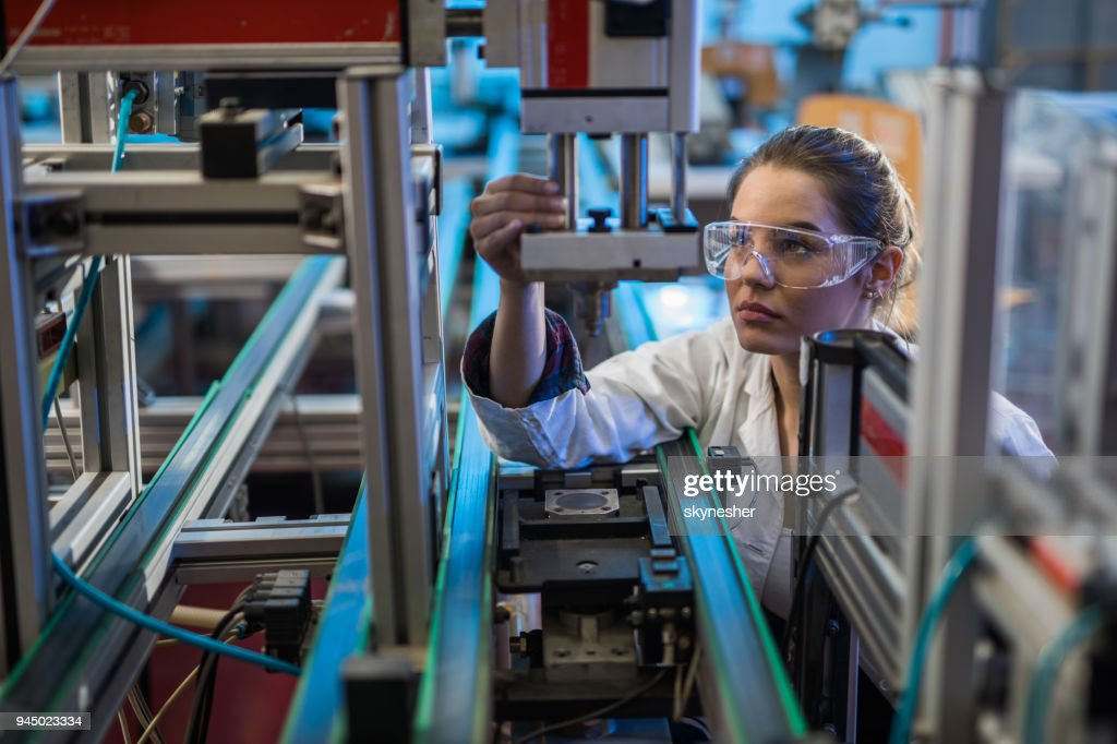 研究室では機械部品の分析品質管理労働者。 : ストックフォト
