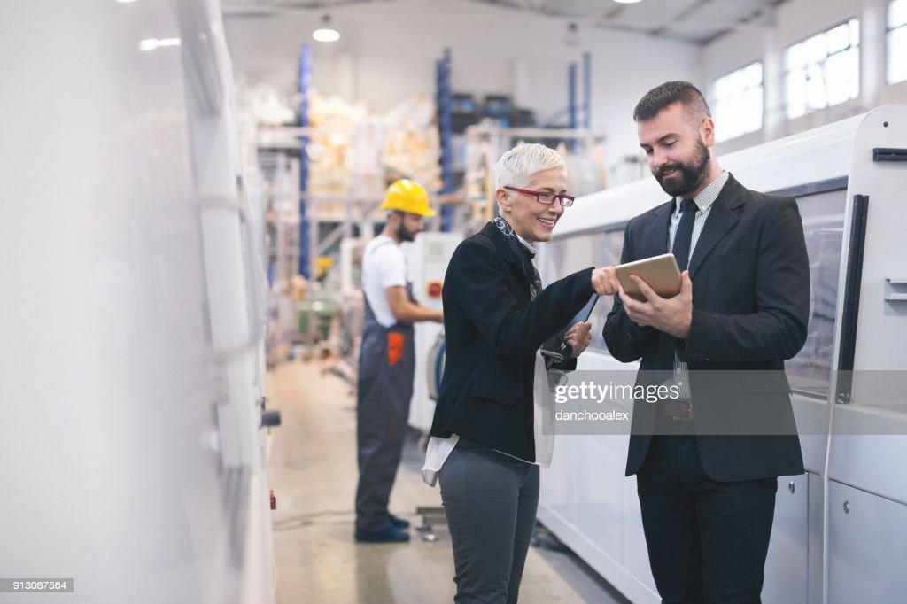 Qualitätsprüfer in der Fabrik : Stock-Foto