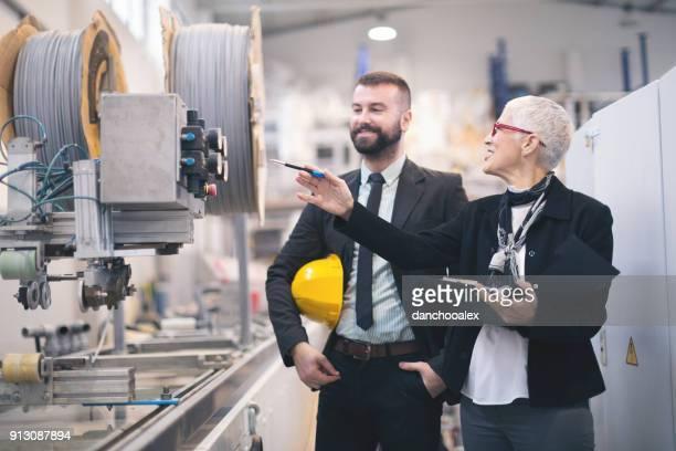 kwaliteit inspecteurs in de fabriek - computerapparatuur stockfoto's en -beelden