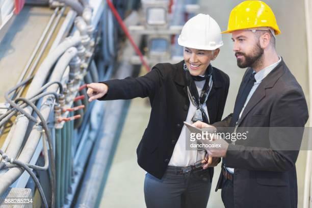 Kwaliteit inspecteurs team in fabriek