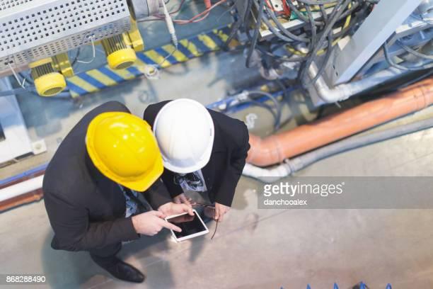 Equipo de inspectores de calidad en fábrica