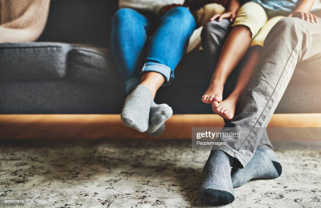 Tempo de qualidade a partir do conforto do sofá : Foto de stock