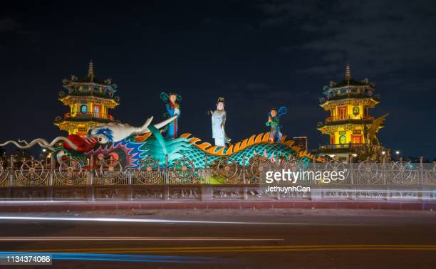 quan yin - pagodas at lotus pond, kaohsiung, taiwan at night - guanyin bodhisattva foto e immagini stock