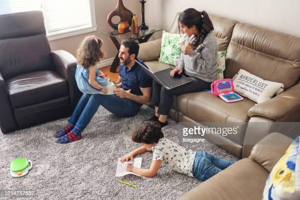 居心地の良い-19に子供デュと隔離された家族の在宅勤務 - 隔離状態 ストックフォトと画像