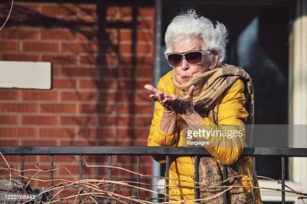 in quarantaine geplaatste hogere vrouw - 80 89 jaar stockfoto's en -beelden