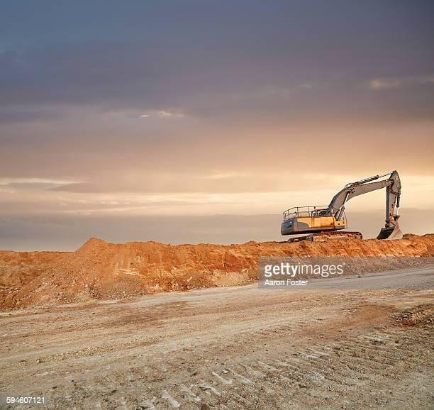 quarry landscape - excavator - fotografias e filmes do acervo