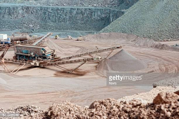 Steinbruch mit Steinbrecher. Bergbauindustrie.