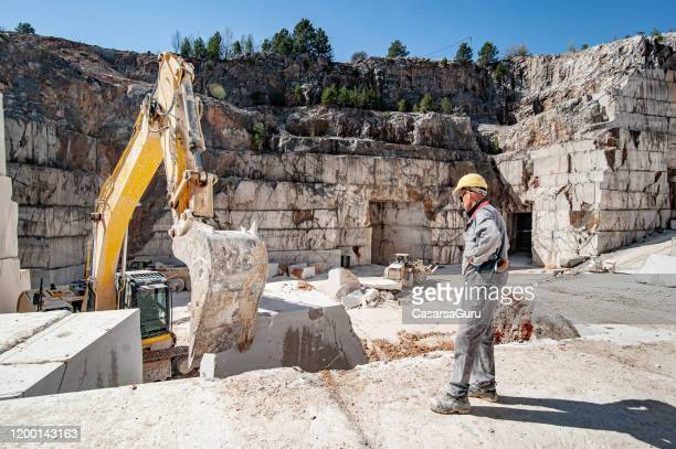 大理石採石場で働く地球の引き越しを見ている採石場 - 石切場 ストックフォトと画像