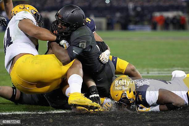 Quarterback Ahmad Bradshaw of the Army Black Knights rushes for a fourth quarter against the Navy Midshipmen during their 2117 win at MT Bank Stadium...