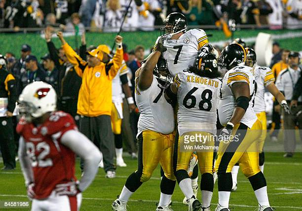 Quarterback Ben Roethlisberger of the Pittsburgh Steelers celebrates after with Elliot Vallejo and his teammates after throwing for a fourth quarter...