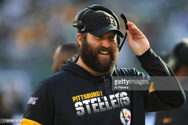 Quarterback Ben Roethlisberger of the Pittsburgh Steelers comminicates on the bench during the game against the New York Jets in the first half at...