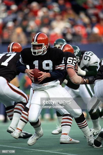 Quarterback Bernie Kosar of the Cleveland Browns turns from the line of scrimmage after taking the ball from center during a National Football League...