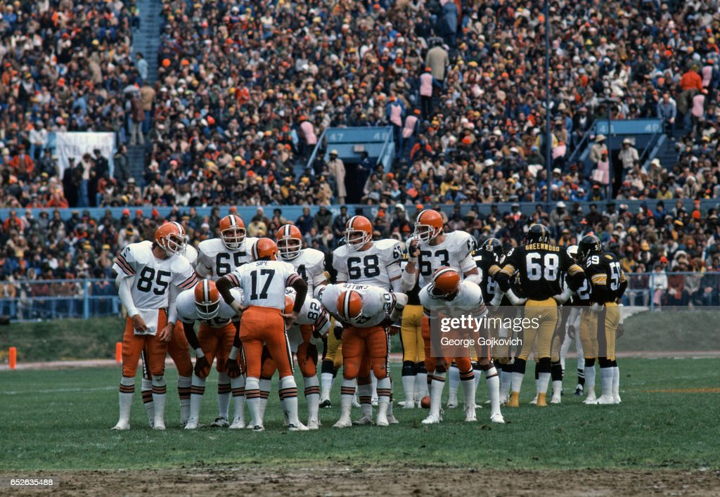 Cleveland Browns Huddle : News Photo