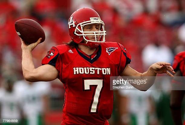 Quarterback Case Keenum of the Houston Cougars throws a pass against the Marshall Thundering Herd at Robertson Stadium November 17, 2007 in Houston,...