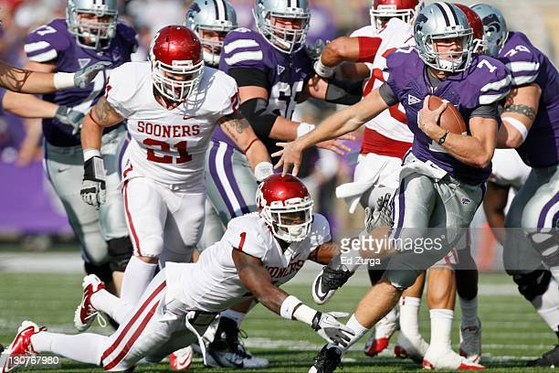 Quarterback Collin Klein of the Kansas State Wildcats slips past Tony Jefferson and Tom Wort of the Oklahoma Sooners as he runs for a touchdown in...