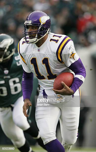 Quarterback Daunte Culpepper of the Minnesota Vikings scrambles against the Philadelphia Eagles in an NFC divisional playoff game at Lincoln...