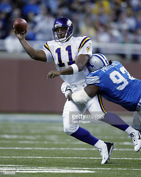Quarterback Daunte Culpepper of the Minnesota Vikings throws a pass for a completion despite pressure from defensive tackle Kelvin Pritchett of the...