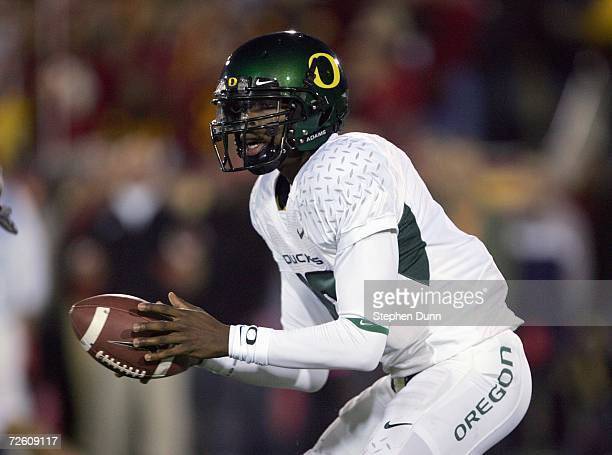 Quarterback Dennis Dixon of the Oregon Ducks drops back during the game against the USC Trojans on November 11, 2006 at the Los Angeles Memorial...