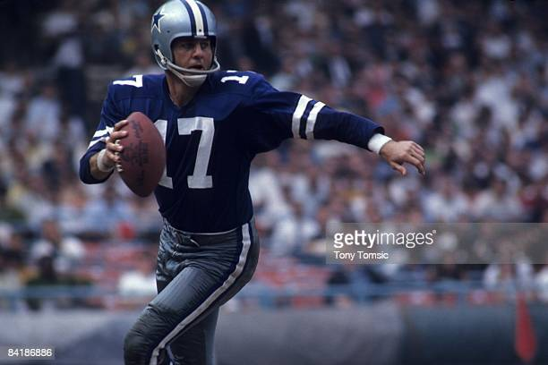 Quarterback Don Meredith of the Dallas Cowboys scrambles with the ball during a game on September 17 1967 against the Cleveland Browns at Municipal...