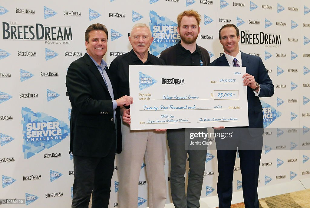Quarterback Drew Brees and Dave Lindsey pose with CRF Inc Team at the Super Service Challenge Press Conference where Drew Brees Announces $1,000,000 Charitable Donation And Super Service Challenge Winners at JW Marriott Desert Ridge Resort & Spa on January 30, 2015 in Phoenix, Arizona.