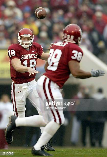 Quarterback Jason White of the Oklahoma Sooners completes a pass to JD Runnels in the second quarter against the Texas AM Aggies at Oklahoma Memorial...