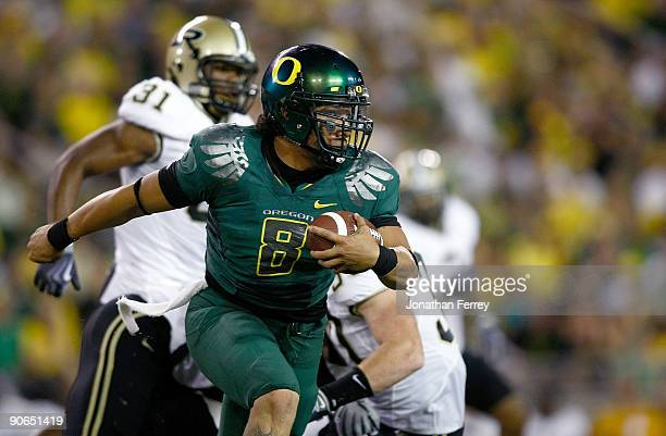 Quarterback Jeremiah Masoli of the Oregon Ducks runs with the ball against the Purdue Boilermakers at Autzen Stadium on September 12 2009 in Eugene...