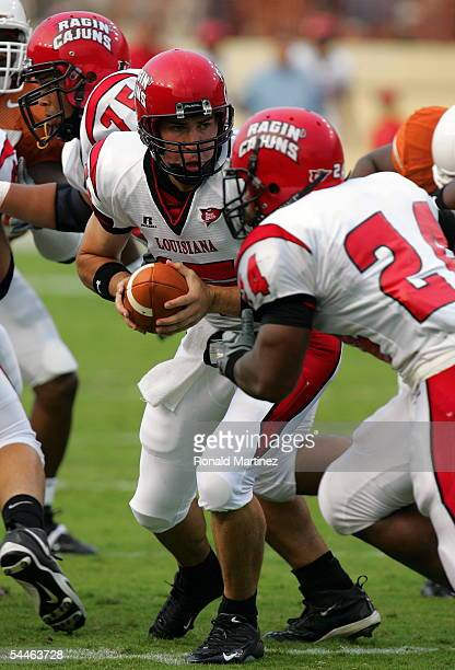 Quarterback Jerry Babb of the Louisiana-Lafayette Rajin' Cajuns hands the ball to Dwight Lindon against the Texas Longhorns on September 3, 2005 at...