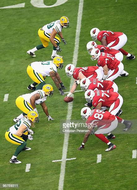 Quarterback Kurt Warner of the Arizona Cardinals prepares to snap the ball during the 2010 NFC wildcard playoff game against the Green Bay Packers at...
