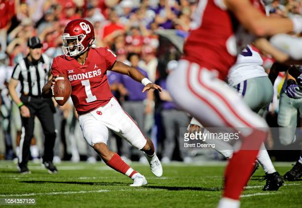 Quarterback Kyler Murray of the Oklahoma Sooners scrambles against the Kansas State Wildcats at Gaylord Family Oklahoma Memorial Stadium on October...