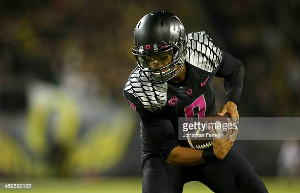 Quarterback Marcus Mariota of the Oregon Ducks catches a pass for a touchdown during the game against the Arizona Wildcats at Autzen Stadium on...