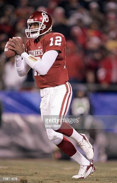 Quarterback Paul Thompson of the Oklahoma Sooners looks to pass the ball against the Nebraska Cornhuskers during the 2006 Dr Pepper Big 12...