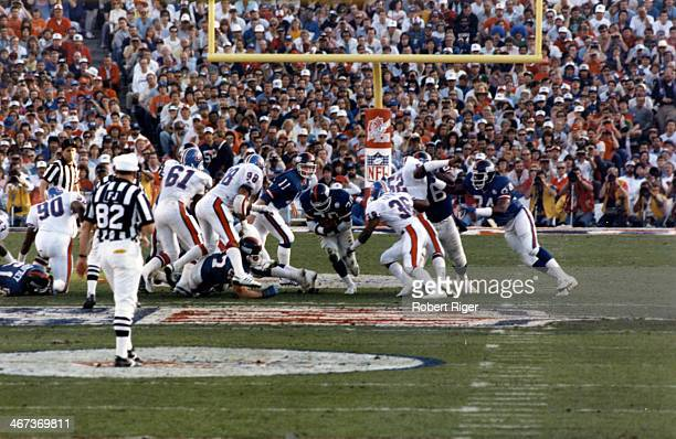 Quarterback Phil Simms of the New York Giants hands the ball off to Joe Morris during Super Bowl XXI against the Denver Broncos on January 25 1987 in...