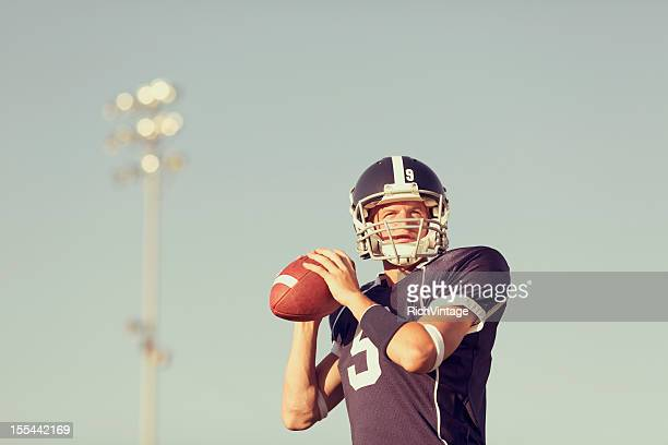 quarterback - quarterback stock pictures, royalty-free photos & images