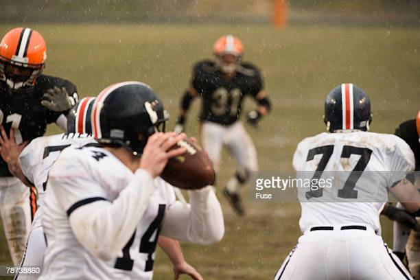quarterback ready to throw - quarterback stock-fotos und bilder